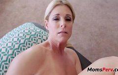 Красивая женщина любит трахать свою киску