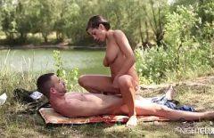 Девушка жестко выебана на берегу озера любовника