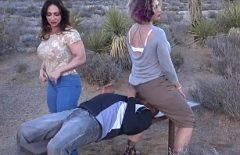 Порно с двумя женщинами выебанной Сильно черным человеком в горах