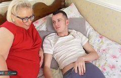 Мать Agila трахается с извращенцем с большим членом