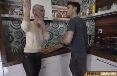 Старшая няня занимается сексом с молодой девушкой с секс-шеф-поваром