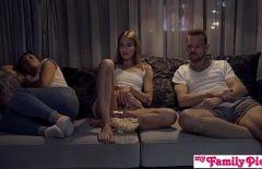 Он смотрит фильм и жаждет много секс-извращенцев