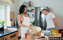 Она вызывающе одевается на кухне ххх