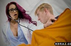 Медсестра хватает пациента за поднятый член и отсасывает ему