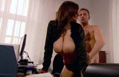 Чувственный секс с порно киноактриса трахал в ее офисе