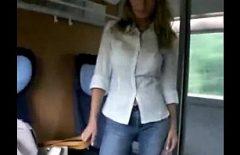 Секс со зрелой трахается в поезде