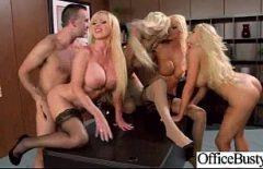 Группа сквиртующих блондинок жестоко трахается с одним мужем