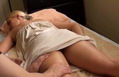 Мастурбирует в машине секс со зрелой блондинкой, занимающейся сексом на массаже