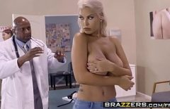 Черный доктор будит свой член, когда видит пациента с пустыми сиськами