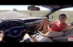 Мальчики с роскошными автомобилями суют подружек, чтобы они засунули пальцы в киску