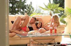 Секс с молодым бизнесменом из Бухареста трахающим двух девушек