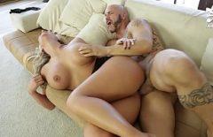 Секс с полным телом блондинку трахнули на диване