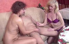 Элайджа трахает двух крошек своим большим и твердым членом