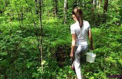 Секс брюнетка трахается в лесу