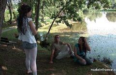 Оральный секс на пикнике с двумя молодыми любовниками, которые хорошо трахаются
