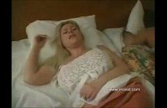 Секс с мужиками блондинка мама трахает свою тёлку