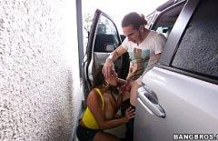 Порно в машине с татуировкой, которая получает ее бойфренд, чтобы положить петух в нем