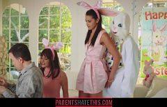 К ним подходит кролик, который трахает их в свою крепкую киску