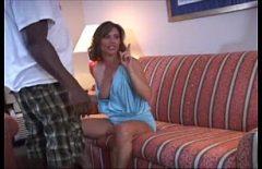 Молодая женщина трахается на большом диване Xxl