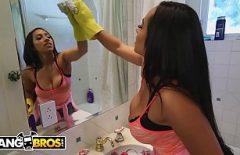 Секс с домохозяйкой, умывающей зеркало, когда ее трахают в спину
