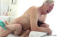 Старик дает крепкие ноги, и ему не нравится, что ее киска слишком тугая, когда он ее трахает