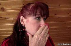 Красивое порно с рыжей, которая красиво трахается на чердаке