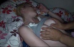 Его сестра сосет его член и трахается, когда его родители спят