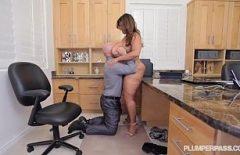 Мужчина показывает ее киску, как она выглядит после того, как ее трахнули