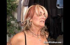 50-летняя блондинка знает, что делать с мальчиком, чтобы его возбудить
