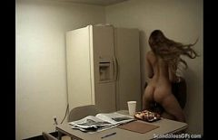 Порно видео с блондинкой трахают в офисе офис