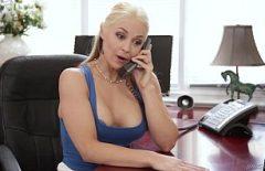 Симпатичная секретарша занимается сексом по телефону и в офисе