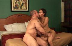 Алина Плугару занимается сексом с двумя очень романтическими сексом с Bucoase