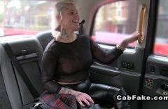 Зрелая блондинка и шлюха трахается с таксистом багабондом