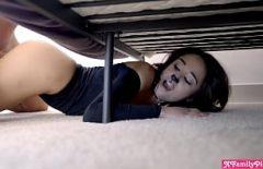 Она жестко трахается под кроватью с этим большим членом