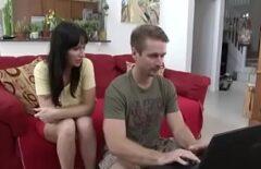 Молодой человек смотрит порно фильмы, а потом принимает маму к своему члену