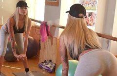 Блондинка с большими сиськами трахается в тренажерном зале в задницу