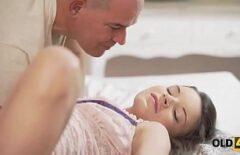 Оборудованный доктор жестко трахает в киску пациента с хорошим членом