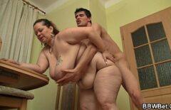 Я люблю трахать маму по спине