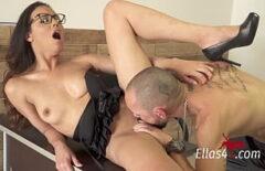 Ей нравится, когда ее вылизывают языком в ее киску
