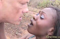 Африканец найден в лесу и заплатил за секс