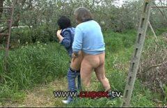 Сотрудник собирает виноград, девушка-шлюха жестко трахается