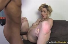 Мокрую киску натирает черный, который действительно трахает ее в задницу, секс со зрелой блондинкой