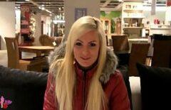 Русская блондинка сосет член и трахает себя одетая