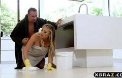 Трахает эту домохозяйку как будто никогда не видела ее киску