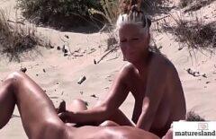 Зрелая делает минет на пляже неизвестного человека за деньги