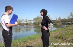 Арабская женщина занимается сексом с инженером у озера