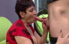 Перед подпрыгиванием она втягивает языки в ее киску до оргазма
