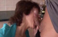 Зрелые с сиськами оставили трахал в задницу