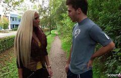 Блондинка покоряет мужчину на публике и забирает его домой