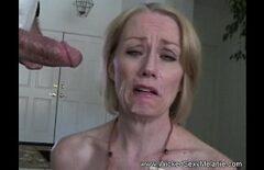 Зрелая трет ее возле лица и вся сперма скачет по ее коже